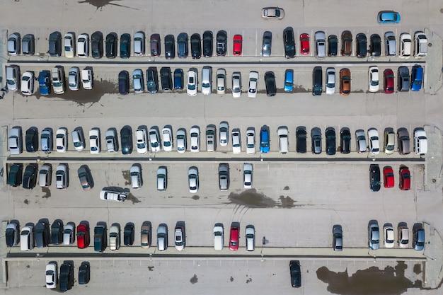 上から多くの車で駐車場の空中の平面図、交通機関、都市のコンセプト。ヘリコプタードローンショット。
