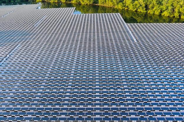 재생 에너지 에코 기술 전력 산업의 공중 평면도. 물이 있는 연못에 떠 있는 태양 전지 패널