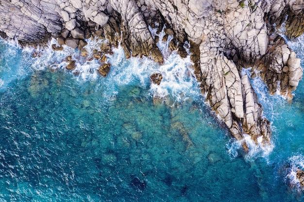 맑고 푸른 바다에서 바위 절벽의 공중 평면도 프리미엄 사진