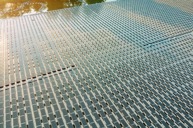 연못에 떠 있는 태양 전지판 셀의 공중 평면도 발전소 재생 에너지 에코 기술 전력 산업