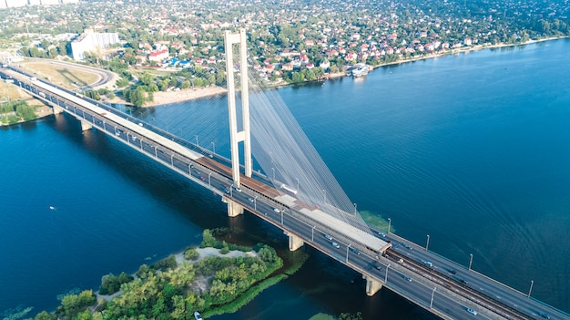 Воздушный вид сверху южного моста в городе киеве сверху, киев, днепр и днепр, украина