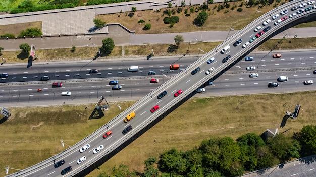 多くの車の道路自動車交通と橋の上からの眺め