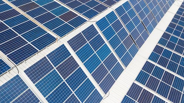 지붕 위의 태양 전지, 대형 산업 건물 또는 창고의 지붕에 설치된 태양 전지판의 공중 평면도