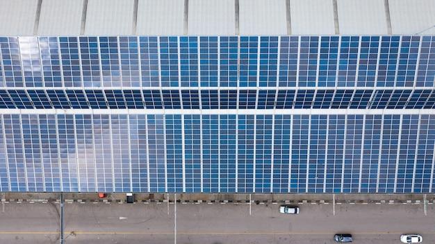 屋根の上の太陽電池の空中上面図