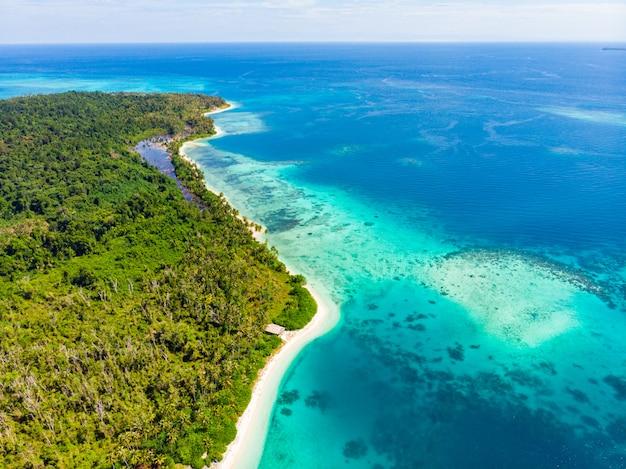 Воздушный взгляд сверху пляжа тропического рая древнего. тропический лес и голубой залив лагуны коралловый риф