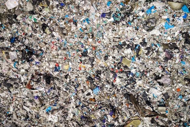 Фотография вида сверху с летающего дрона большой кучи мусора.