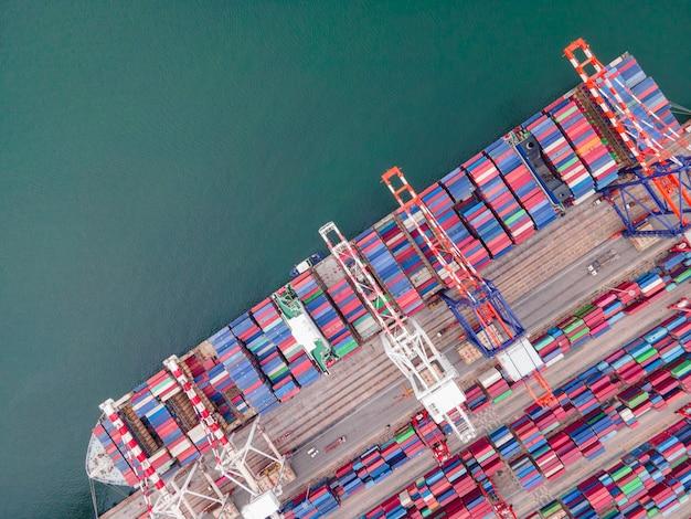 Воздушный вид сверху корабль контейнерный груз импорт экспорт бизнес логистика