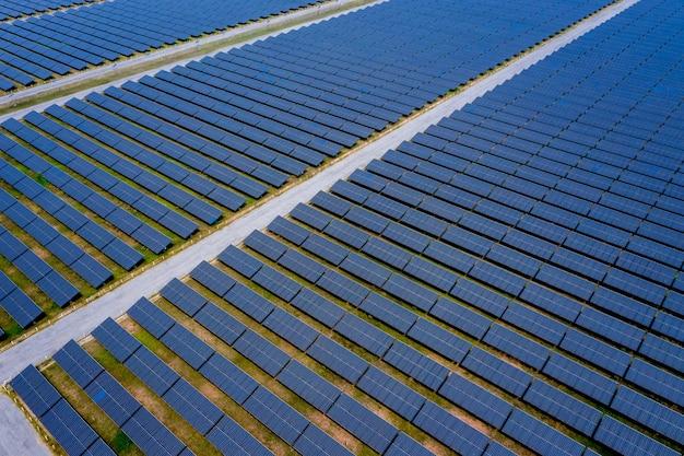 Солнечная ферма, солнечные батареи, вид сверху с воздуха в таиланде
