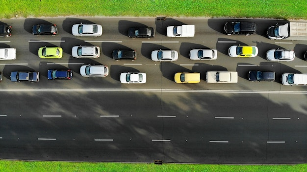 空中。高速道路での車の渋滞。ピーク時間。ドローンからの上面図。
