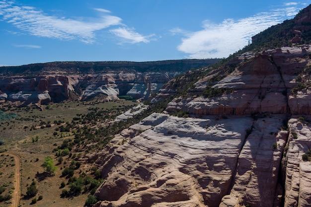 アリゾナ州の峡谷の山の砂漠の風景の空中写真