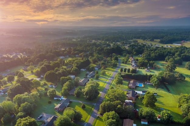 米国サウスカロライナ州ボイリングスプリングスの村の風景の家の小さなスリーピングエリアの屋根の空中写真