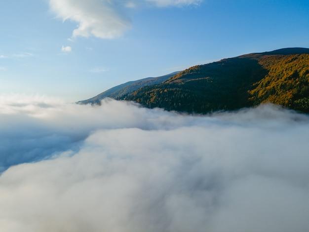 雲のコピースペースの上の空中写真