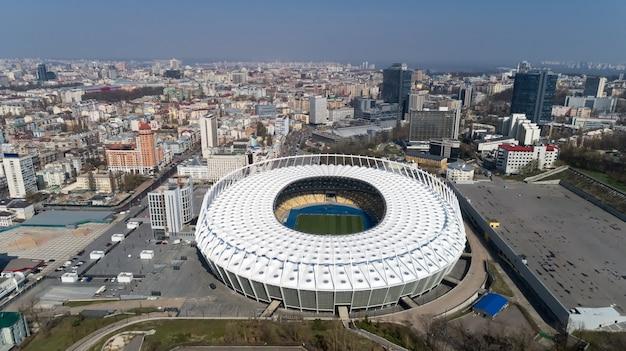 キエフのオリンピックスタジアムの上の空撮。キエフのbussinesと産業都市の風景。