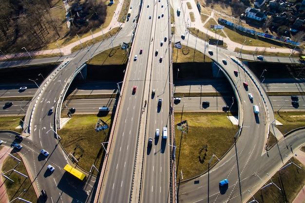 都市高速道路のジャンクションでの空撮。車は道路を走行します。ベラルーシ、ロシア