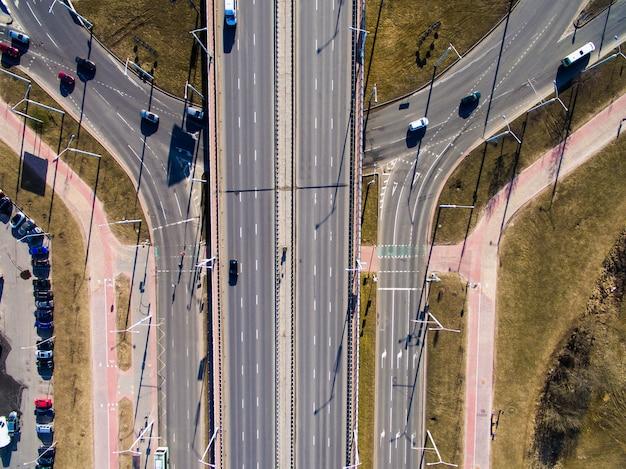 도시 고속도로의 교차점에서 공중보기