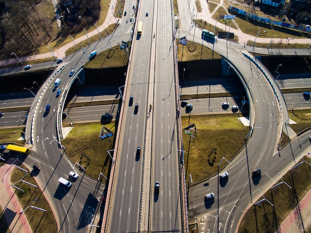 都市高速道路の交差点での空撮