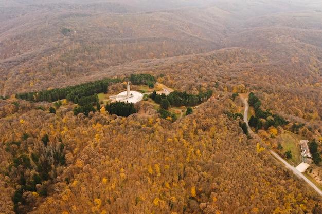 Вид с воздуха на памятник свободы на горе фрушка гора, недалеко от нови-сада, сербия