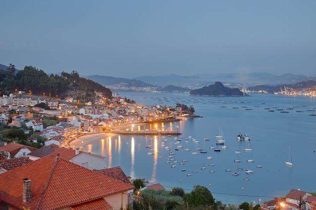 ガリシア地域の海岸沿いの町の日没時の空撮