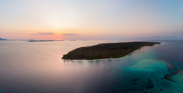 Вид с воздуха острова баньяк суматра тропический архипелаг индонезия, пляж с белым песком кораллового рифа. путешествия туристическое направление, закатное небо