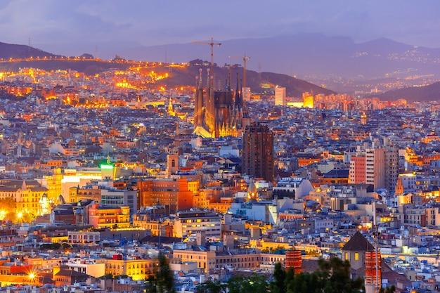 夜、カタルーニャ、スペインのバルセロナの空撮