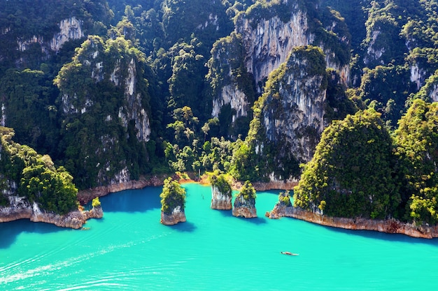 Vista aerea di belle montagne nella diga di ratchaprapha al parco nazionale di khao sok, provincia di surat thani, thailandia.
