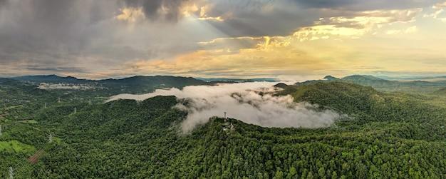 Вид с воздуха, красивый пейзаж панорамы восхода солнца над пиковой горой с теплым светом восхода солнца мае мох лампанг, таиланд.