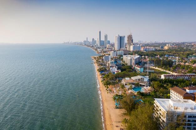 タイ東部のチョンブリにあるパタヤ港の美しい景色を空撮