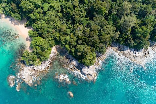 晴れた日の空中写真美しいターコイズブルーの海と岩と植生の表面