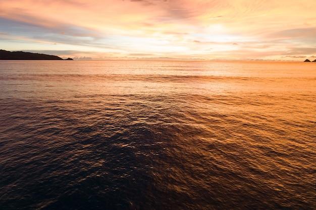 공중 보기 아름 다운 보기 일몰 또는 바다 표면 위로 일출 아름 다운 파도 놀라운 빛 황금 하늘 일몰 자연 바다의 아름 다운 빛입니다.