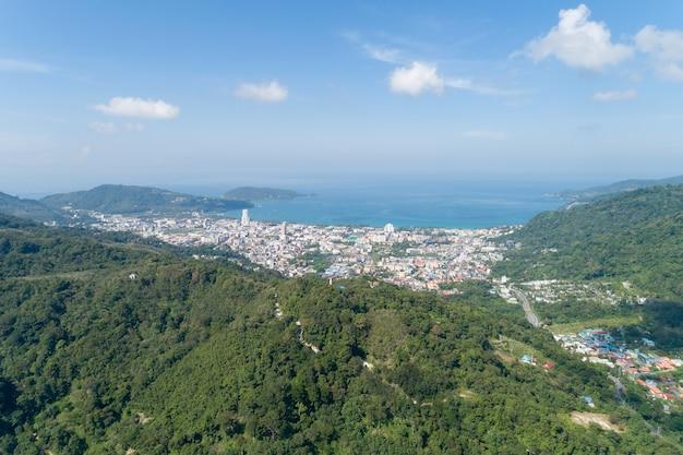 공중 보기 푸 켓 태국 patong 베이 전경에서 산과 푸른 바다와 푸른 하늘 화창한 여름 날 시간에 patong 도시 푸 켓의 풍경 아름 다운 열 대 바다 높은 각도 보기입니다.