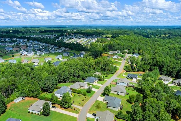 アメリカサウスカロライナ州の田園地帯にある家々の屋根の小さなスリーピングエリアの空中写真ボイリングスプリングスの町の都市景観