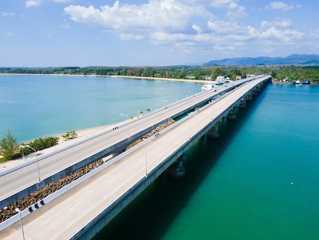 Мост с высоты птичьего полета на озере и транспорт.