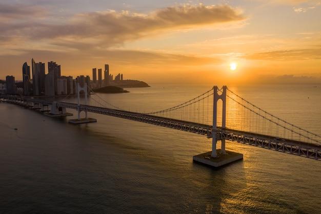 Зритель дня города пусана с высоты птичьего полета на мосту твангандаэгё в пусане, южная корея.