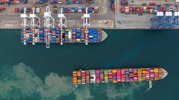 Терминал грузового корабля вида с воздуха, разгрузочный кран терминала грузового корабля, порт вида с воздуха промышленный с контейнерами.