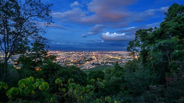 산 꼭대기, 치앙마이, 태국의 전망 지점에서 공중보기 도시의 밤