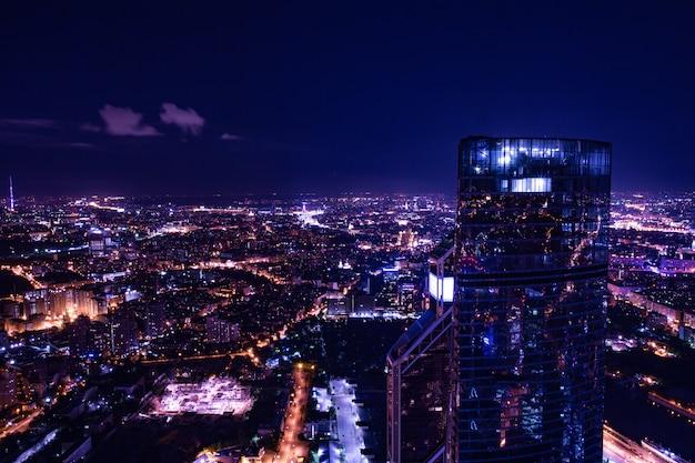 Городской вид с воздуха ночью
