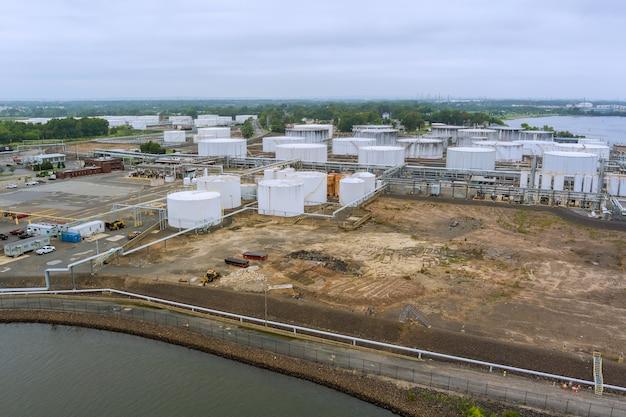 항공 보기는 정유 공장에서 산업 보기를 닫습니다. 석유 탱크가 있는 산업 영역