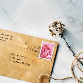 Вид сверху крупным планом коричневый конверт на столе из мрамора