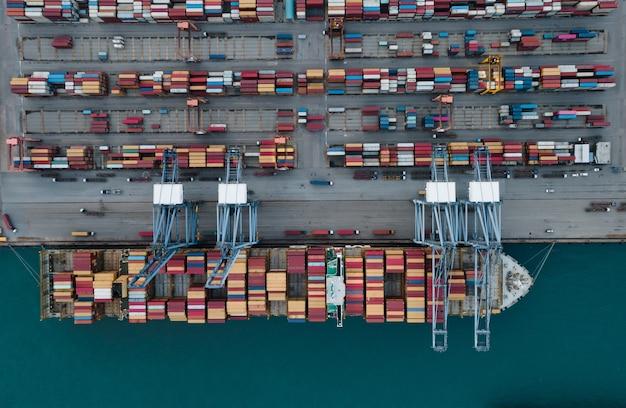 航空写真コンテナ貨物船と貨物輸入輸出とビジネスロジスティクス。ロジスティクスと輸送