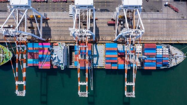 空撮コンテナー貨物船元の宛先ポートでの岸壁クレーンによる荷降ろし、ビジネスコマーシャルグローバルロジスティックインポートエクスポートコンテナーボックスコンテナーボックス。