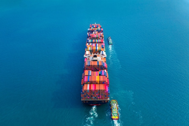 Vista aerea della nave da carico portacontainer in mare.