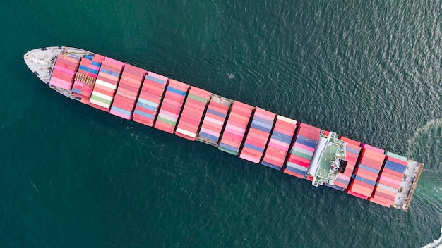 Вид с воздуха на контейнеровоз в море для логистического бизнеса