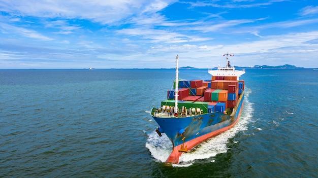 Аэрофотоснимок контейнеровоз с контейнеровозом на импорт, экспорт, бизнес, логистика и перевозка международных