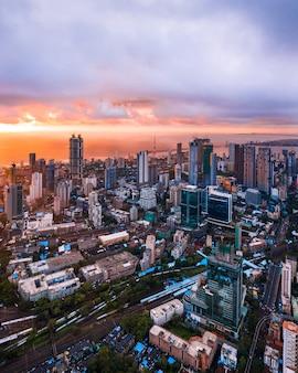 Vista aerea del centro cittadino di mumbai durante il tramonto