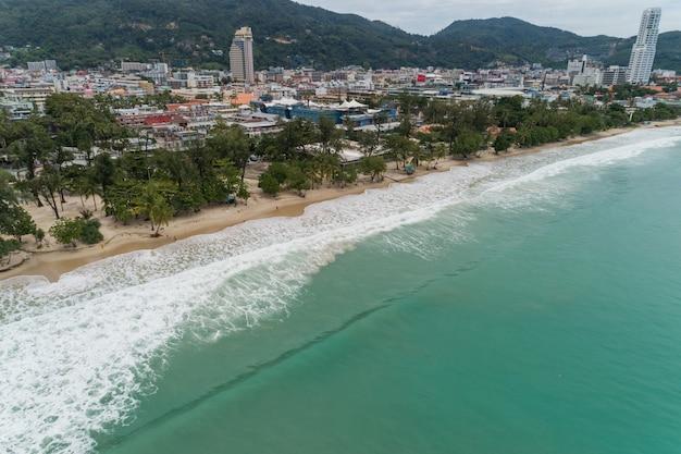 パトンビーチプーケットタイの熱帯砂浜の空撮ドローンカメラ。