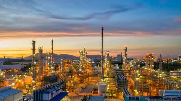 아름다운 하늘 일몰과 황혼에 정유 공장 산업 정유 공장이 있는 석유 저장 탱크의 항공 보기 드론