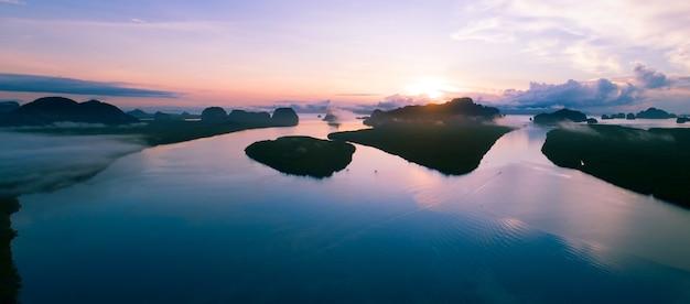 아침 안개 안개 일출 무인 항공기에서 하늘에 대 한 아름 다운 바다의 공중 보기 무인 항공기는 f