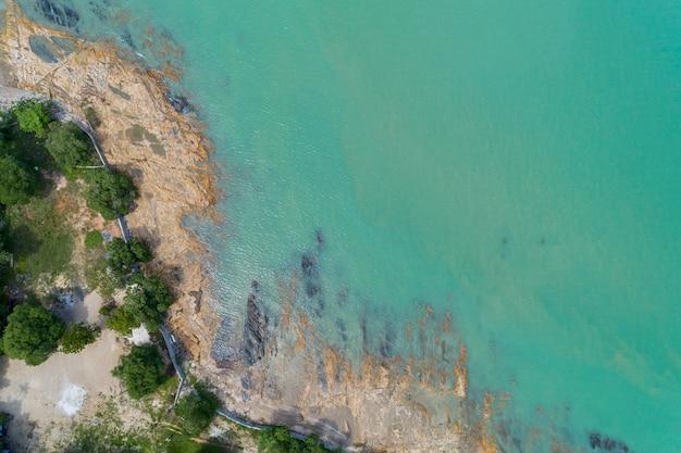 岩の海岸に打ち寄せる波と海の空撮ドローン写真ビュー