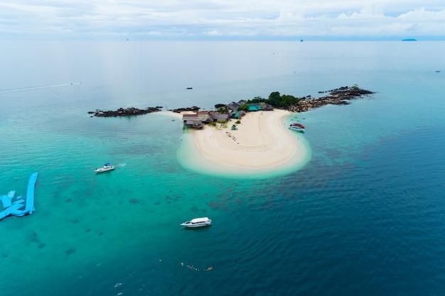 코에서 놀라운 작은 섬 아름다운 열대 모래 해변 풍경의 공중보기 무인 항공기 샷