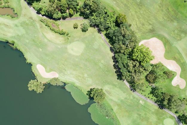 아름다운 녹색 골프장 페어웨이의 공중 뷰 드론 샷과 스포츠 배경 및 여행 자연 배경에 대한 녹색 탑다운 이미지를 퍼팅합니다. 태국 푸켓의 놀라운 전망.